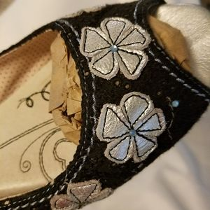 Super cute boho peep-toe flat, silver floral sz 10